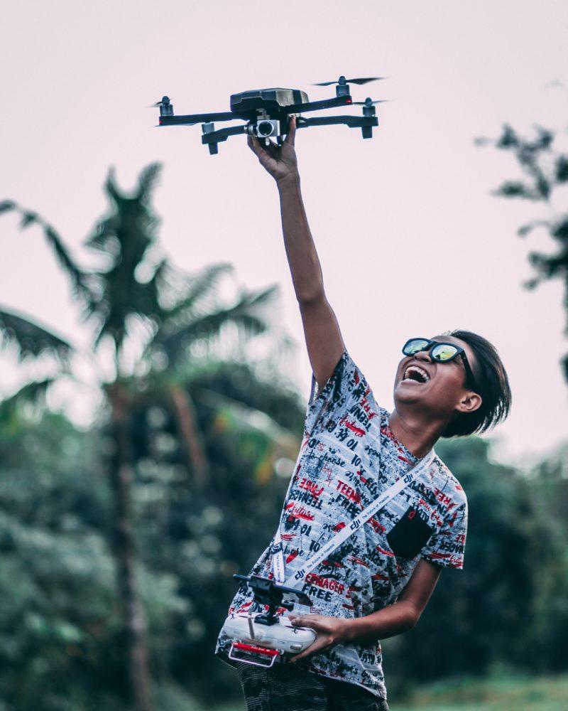 Drohnenfotografie Start per Hand