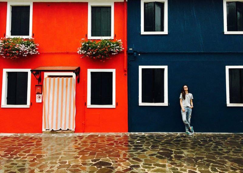 Städtefotografie - Farbige Häuser und Boden mit Muster