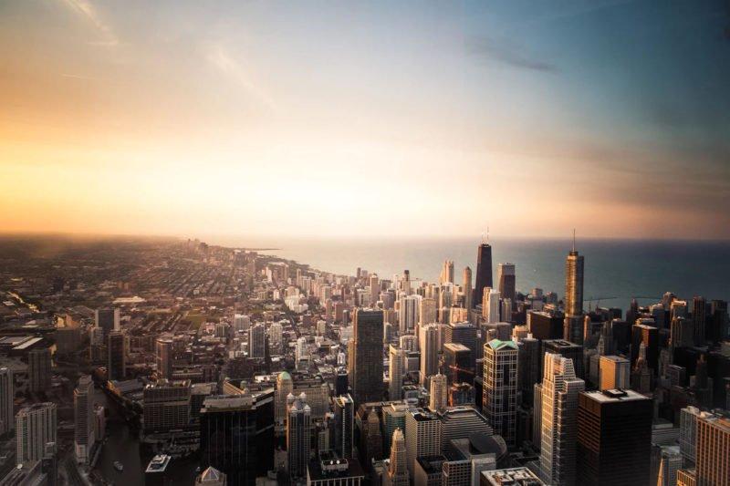 Stadt aus Vogelperspektive in der goldenen Stunde fotografiert.