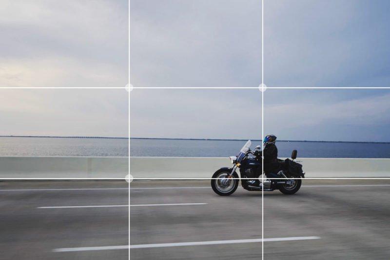Motrradfahrer, bewegtes Motiv mit Drittelregel
