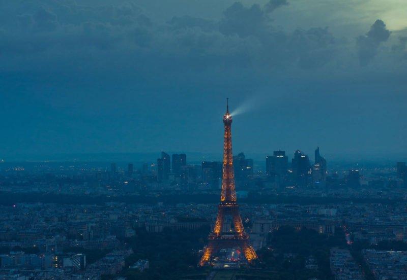 Negativer Raum anhand des Eiffel Turms illustriert.