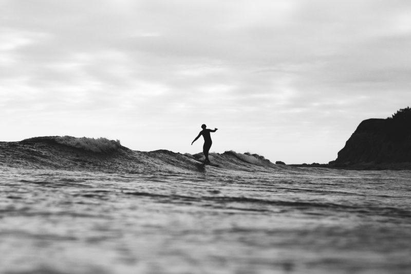 Schwarz-Weiss-Fotografie Surfer