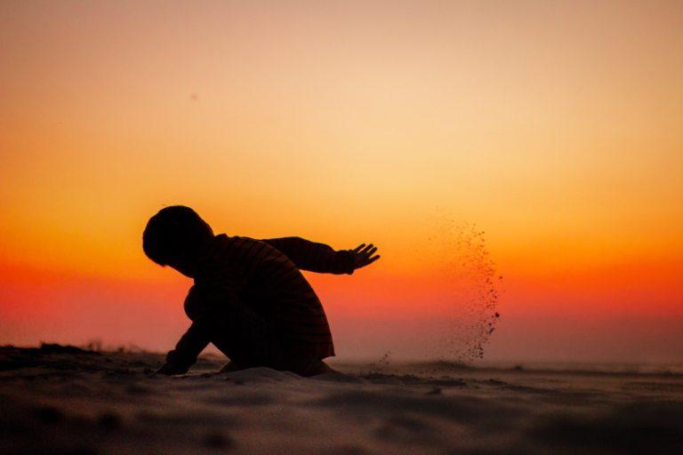 Silhouette fotografieren mit Kind im Sand