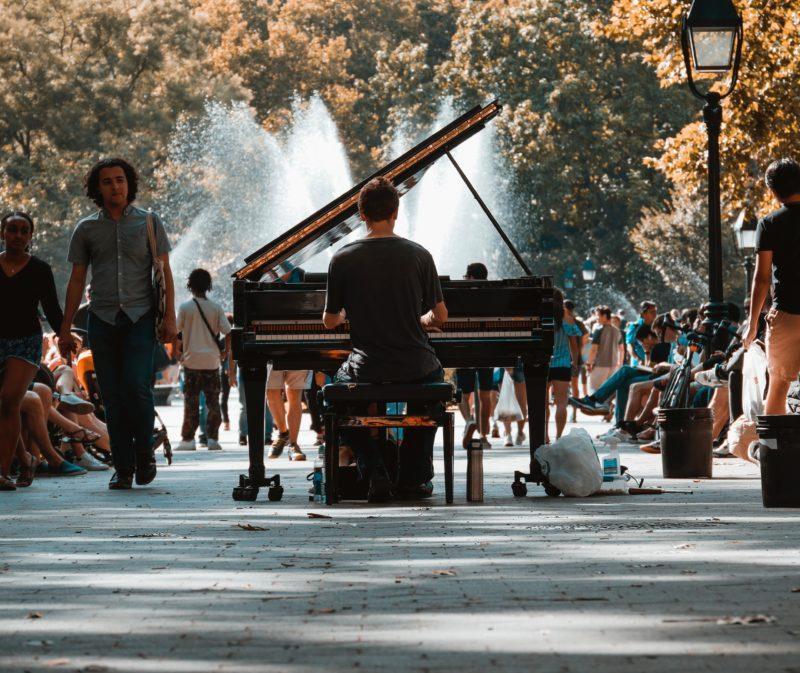 Klavierspieler im Park