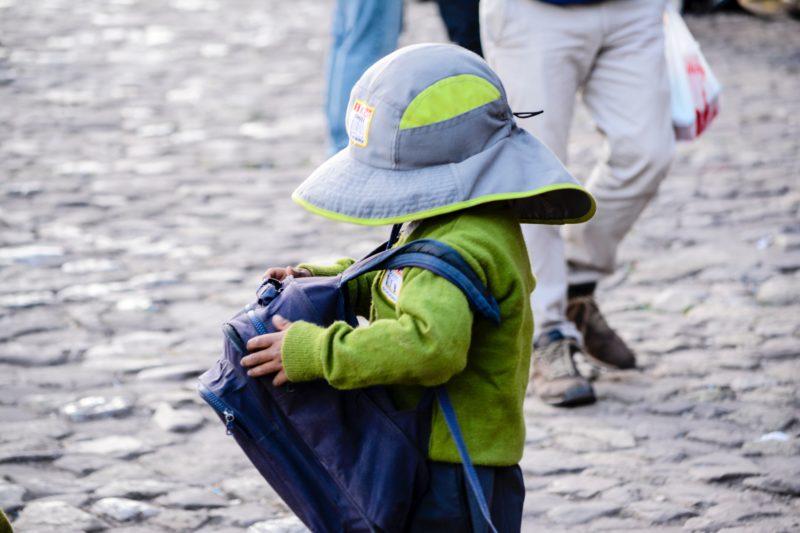 Kleinkind mit blauem Rucksack