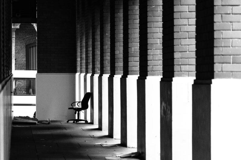 Verlassener Stuhl in Säulengang