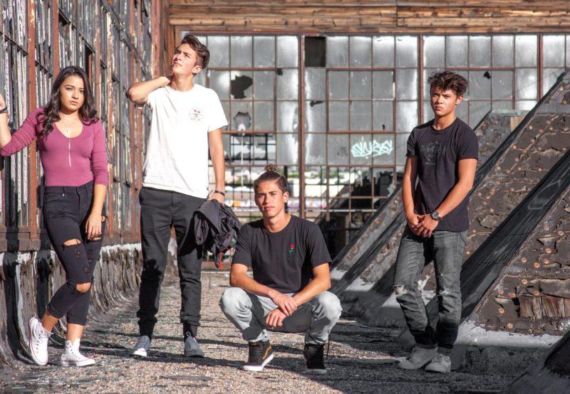 Ein Gruppenfoto von vier Menschen an einer coolen Location