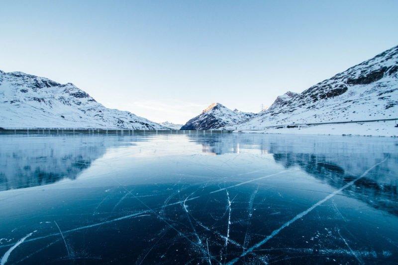 Eisfläche mit Bergen.