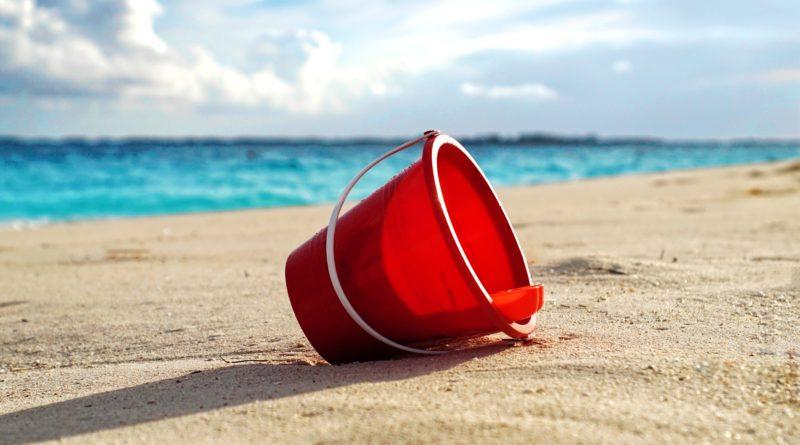 Eimer im Sand