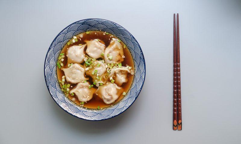Food Fotografie asiatische Suppe vor weissem Hintergrund