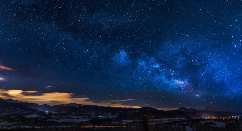 Sternenhimmel mit Bergkulisse