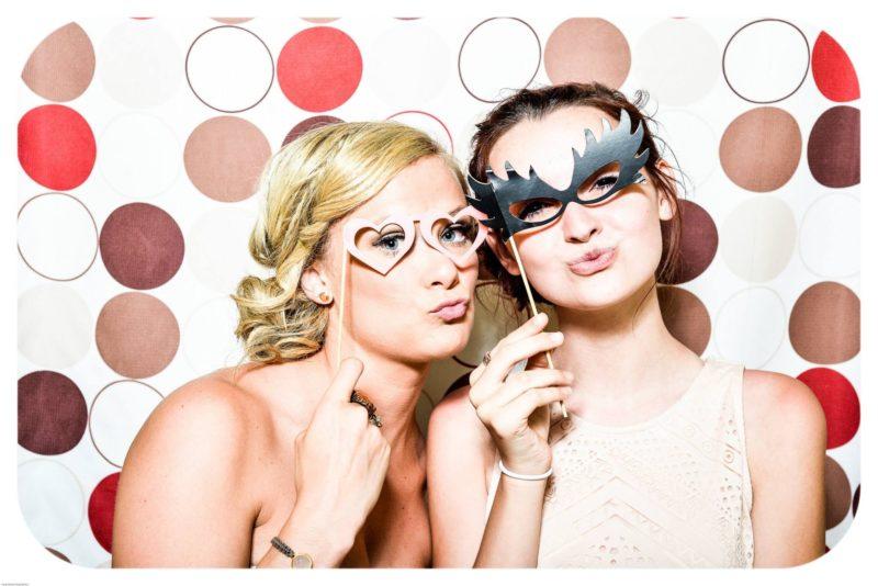 Fotobox selber bauen Anleitung - Gäste posieren in deiner selber gebauten Fotobox