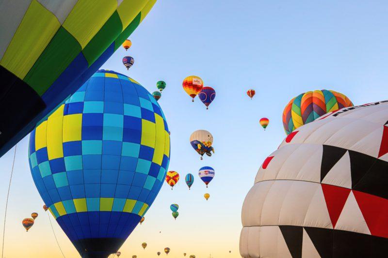 Heissluftballons schweben im Hintergrund