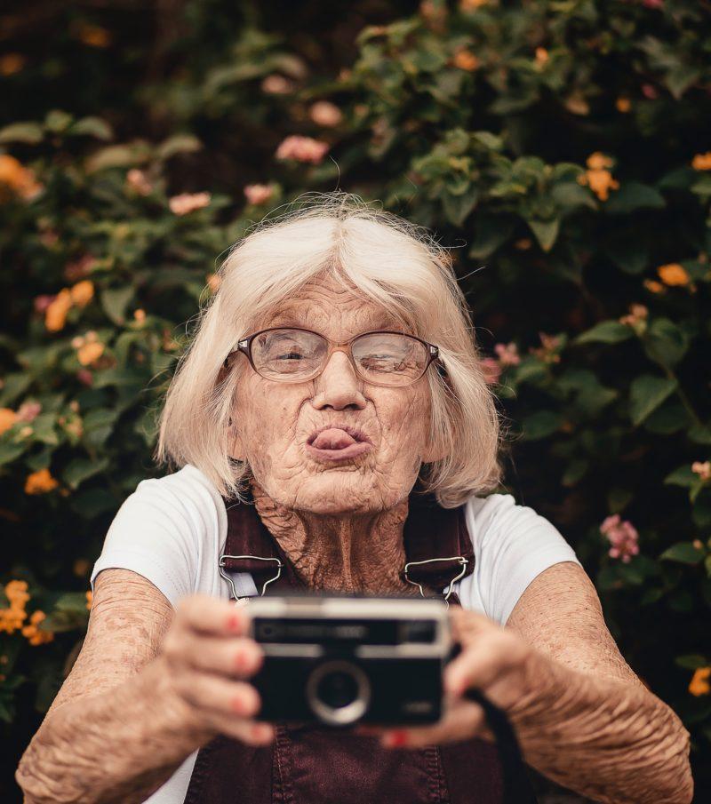 Ein natürliches Selfie einer älteren Dame