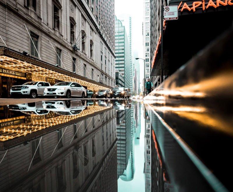 Spiegelungen in der Stadt fotografieren mit Inception Effekt.