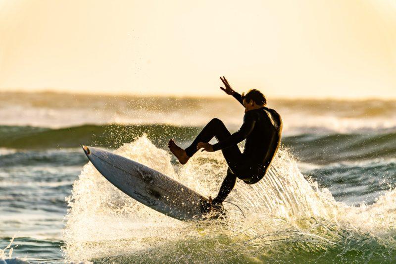 verschlusszeit fotografie mann surft im meer