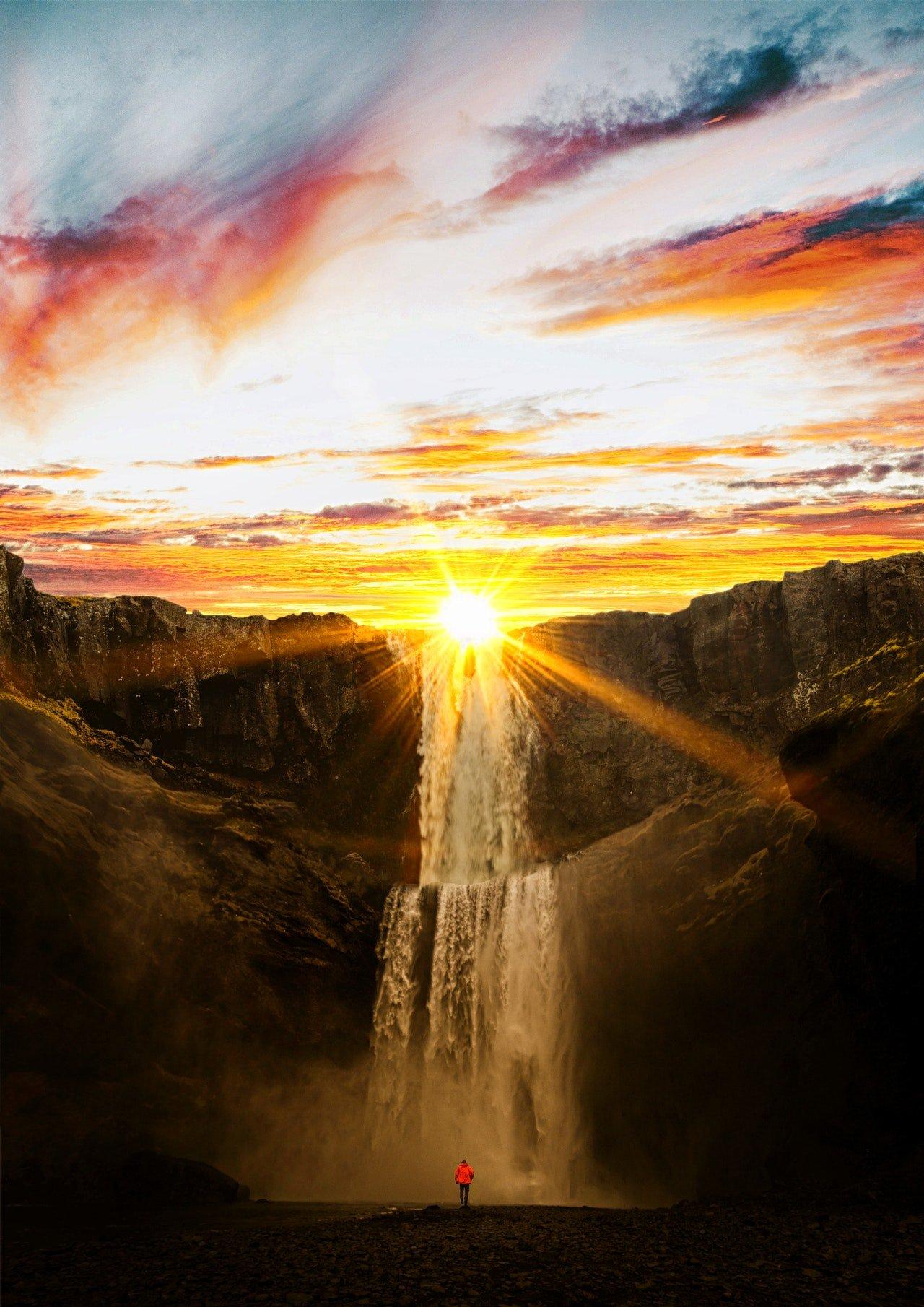Wasserfall mit Sonnenuntergang