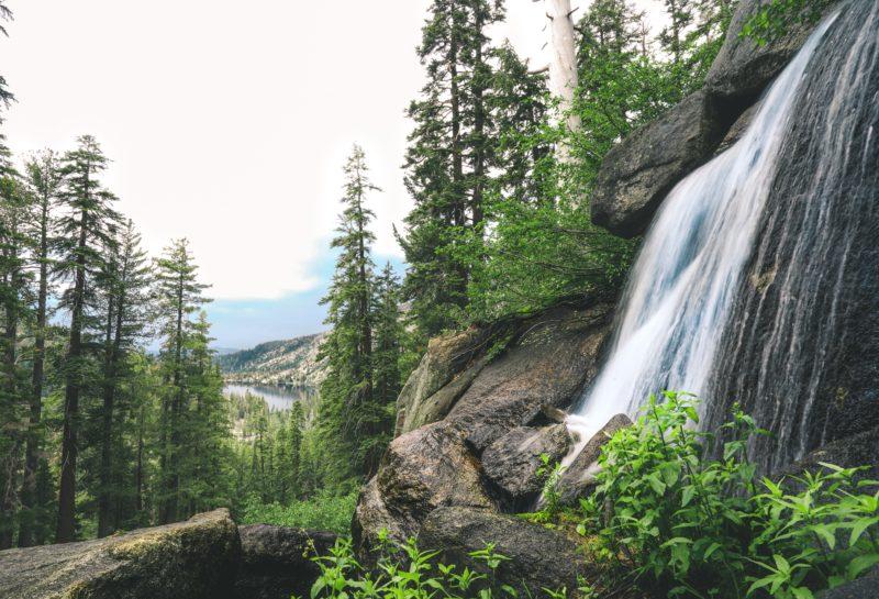 natürlich belichtetes Bild von einem Wasserfall