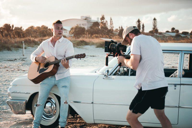 Videograf filmt Musiker