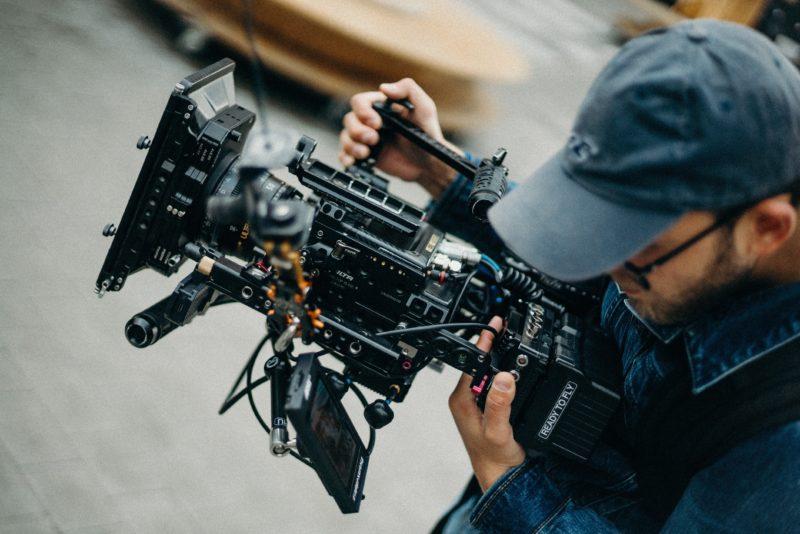 videografie mann haelt kamera