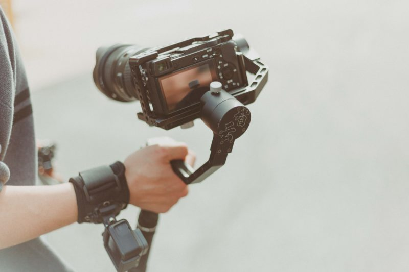 videografie person mit videokamera