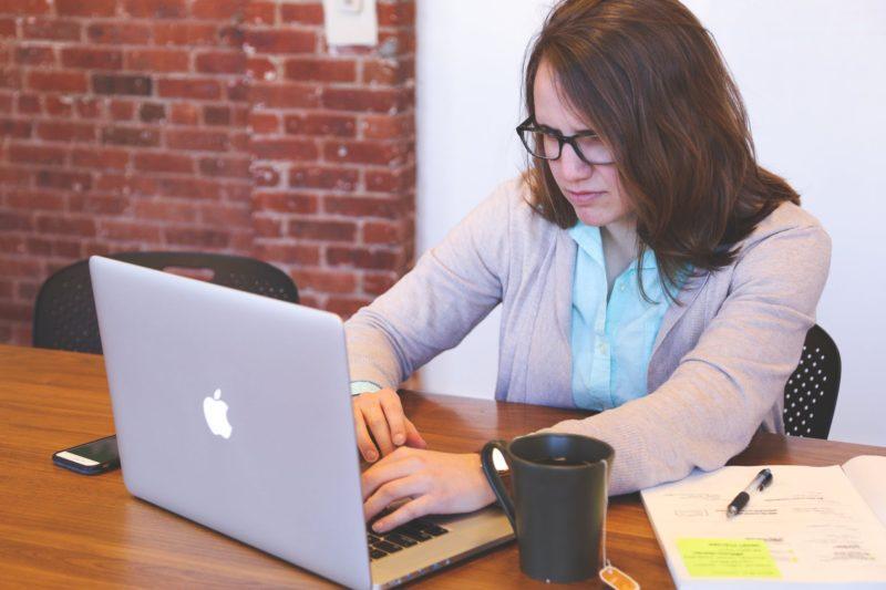 Frau mit Notebook Bild verkleinern