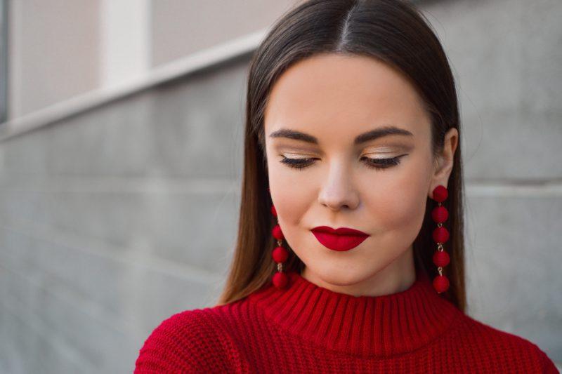 foto make-up mit dunkelrotem lippenstift