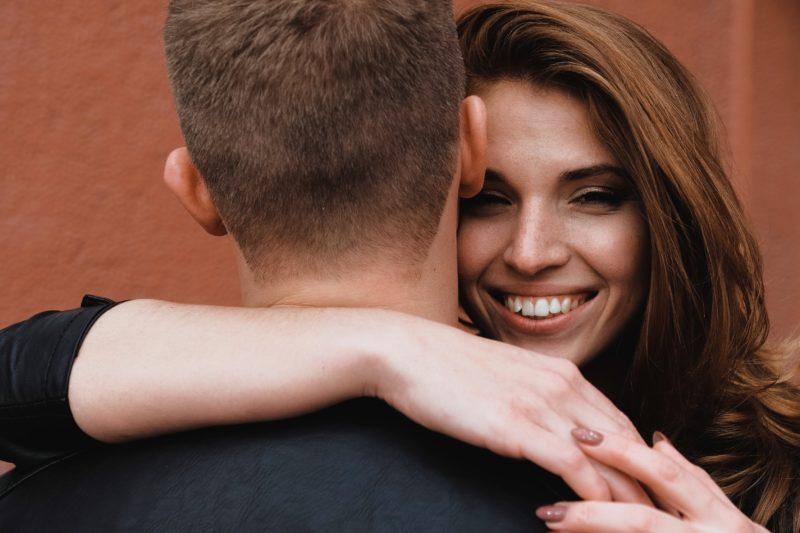Paar umarmt sich Nahaufnahme