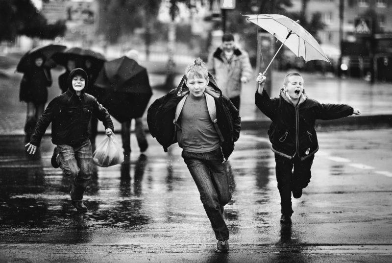 Kinder rennen im Regen Fototipp