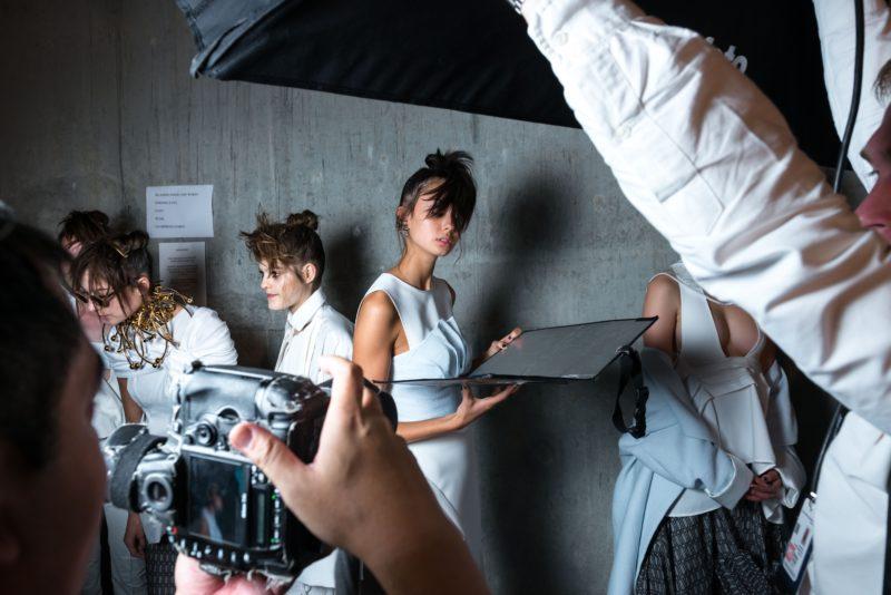 katalog model hält bei einem fotoshooting den reflektor