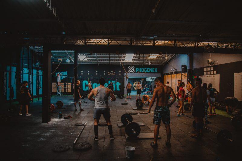 fitnessraum mit leuten die trainieren
