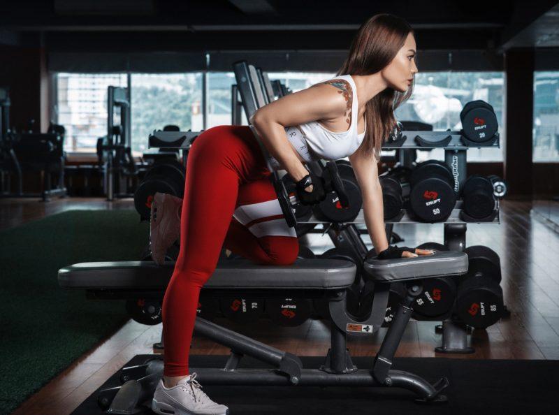 frau trainiert an einem fitness gerät