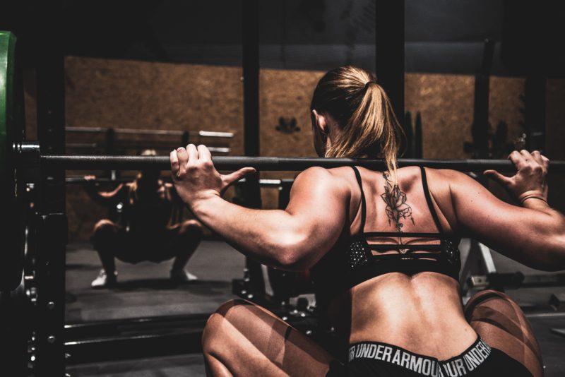 fitness model stemmt hantel