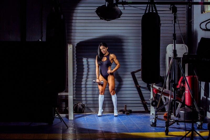 frau posiert in hantel im gym