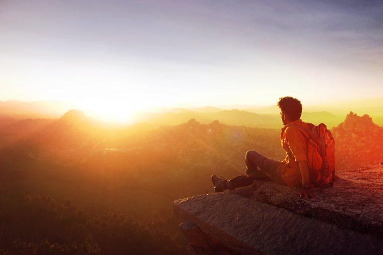 Mann bei Sonnenuntergang - Anleitung Gegenlicht Fotografie