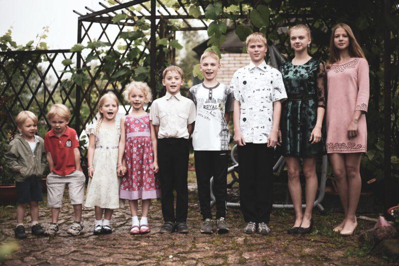 familienfoto in einer reihe stehend