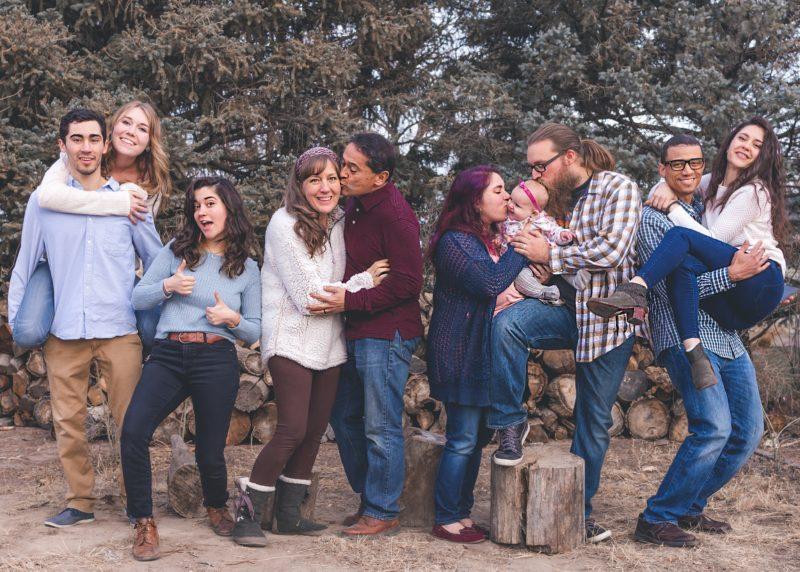 lustiges familienfoto im wald
