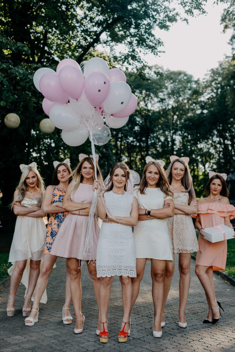 brautjungfern in einem gruppenbild mit ballons