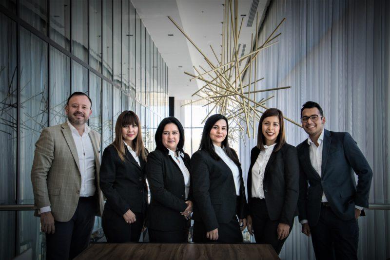business team posiert fuer gruppenfoto