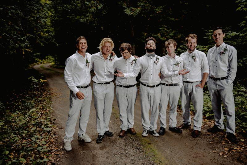 gruppenbild von männern im wald im anzug