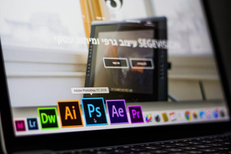 display von laptop zeigt bearbeitungsprogramme