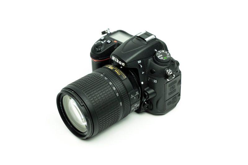 dslr kamera mit objektiv fuer die stockfotografie