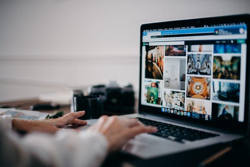 laptop mit geoeffneter website fuer stockfotografien