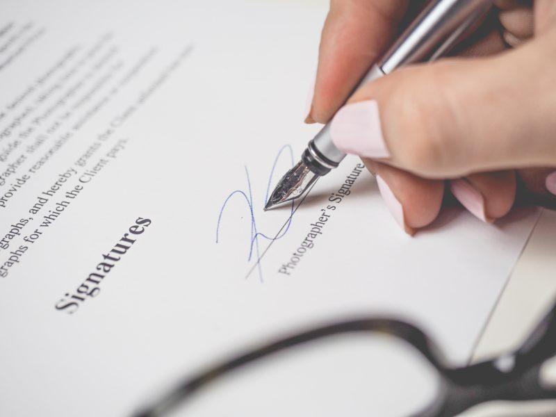 frau unterzeichnet einen vertrag