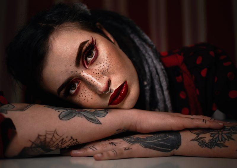 tattoo model nachdenklich