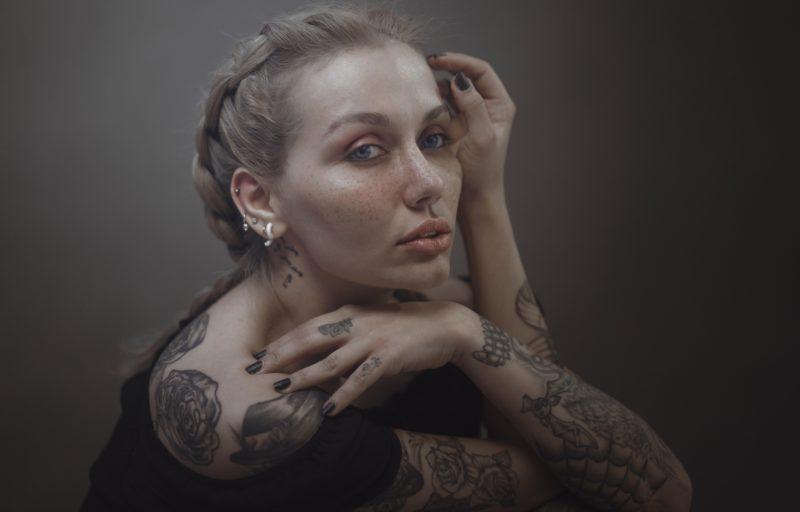 frau posiert mit tattoos und piercings
