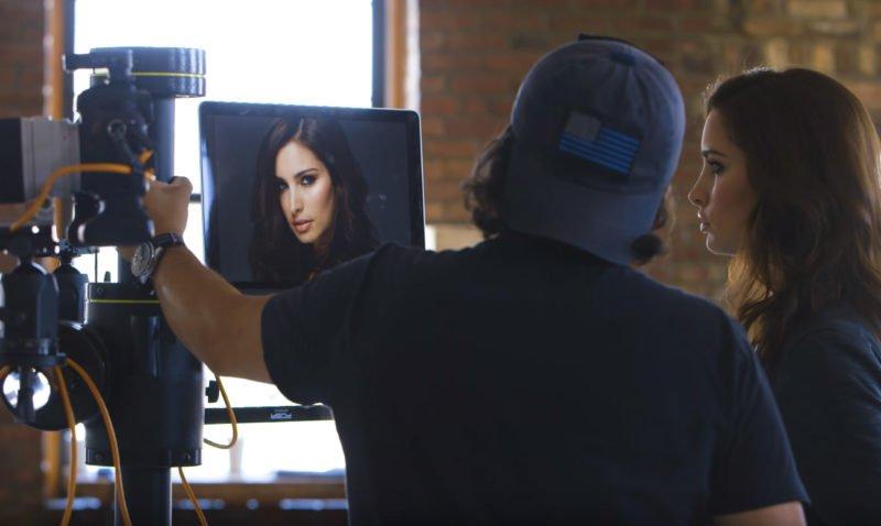 Model und Fotograf analysieren Bild (tethered Shooting)