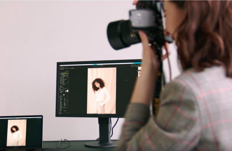 Frau mit Kamera Tethered Shooting