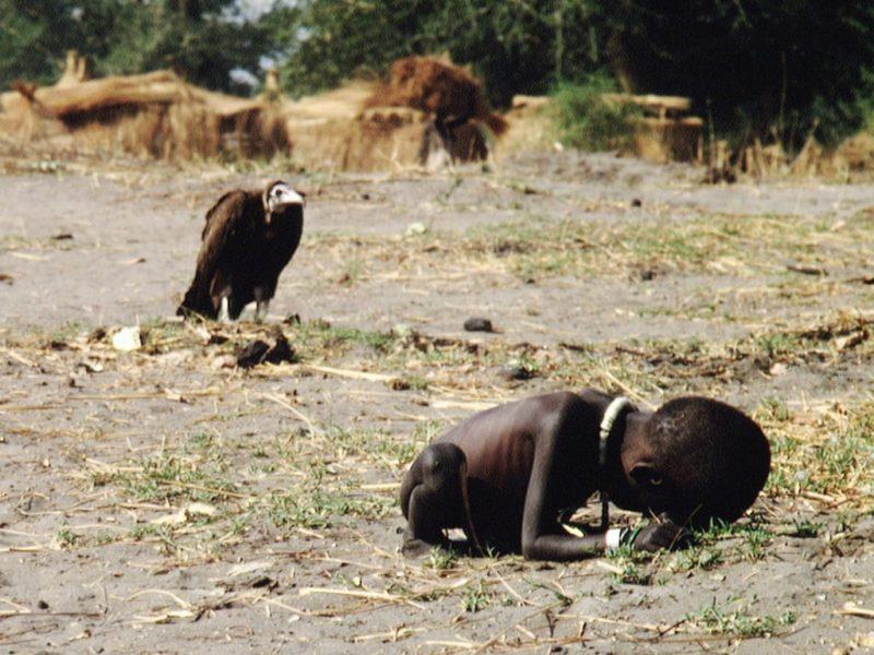 beruehmte fotos hungerndes kind am boden mit geier im hintergrund