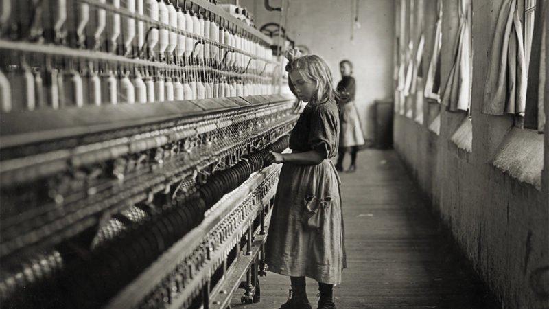 maedchen steht in einer fabrik und uebt kinderarbeit aus